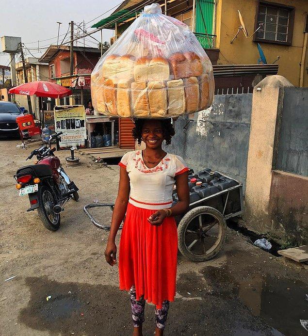Sizleri Nijeryalı ekmek satıcısı Olajumoke Orisaguna ile tanıştıralım. Her gün ekmek satarak iki çocuğunu geçindiren kadının başına 2016 yılında hayal bile edemeyeceği bir olay geliyor!