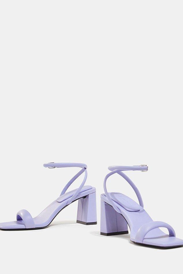6. Bershka'nın lila rengi bantlı topuklu sandaleti, sezonun en çok beğenilen modellerinden biri.