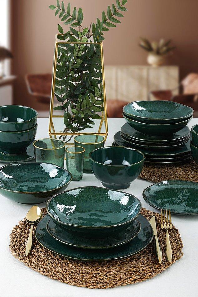 3. Keramika yemek takımı zümrüt yeşili rengi ile göz alıyor.