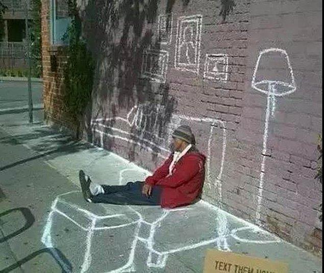 23. Kendisine sokak duvarlarında bir oturma odası çizen evsiz adam: