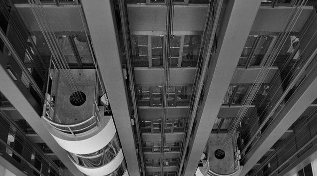 15 metreden yanı beşinci kattan düşer ve 1.7 saniye içerisinde zıplamayı başarırsanız 9 metreden düşmüş gibi bir etki yaratır.