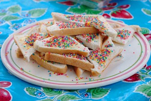 """10. """"Doğum günü partilerinde tereyağlı ekmeğin üstüne süsleme şekerleri koyup yiyorlar."""""""