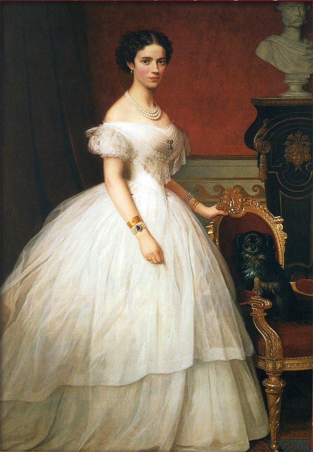 Bir yandan kat kat giyinmek, bir yandan da toplumun güzellik ölçülerine uymak zorunda olmak... Kadınlar için her dönem olduğu gibi 1800'ler de işkence gibiydi.