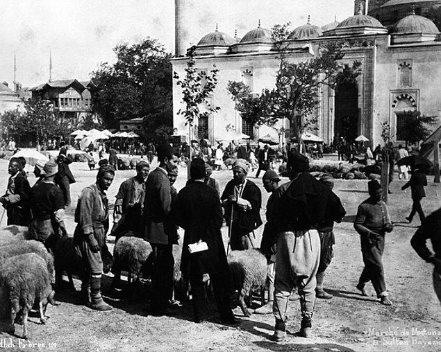 Kurbanlıklar Beyazıt Meydanı ve çeşitli yerlerde toplanırdı. Satışlar da buralarda gerçekleşirdi ve pazarlıklar olurdu.