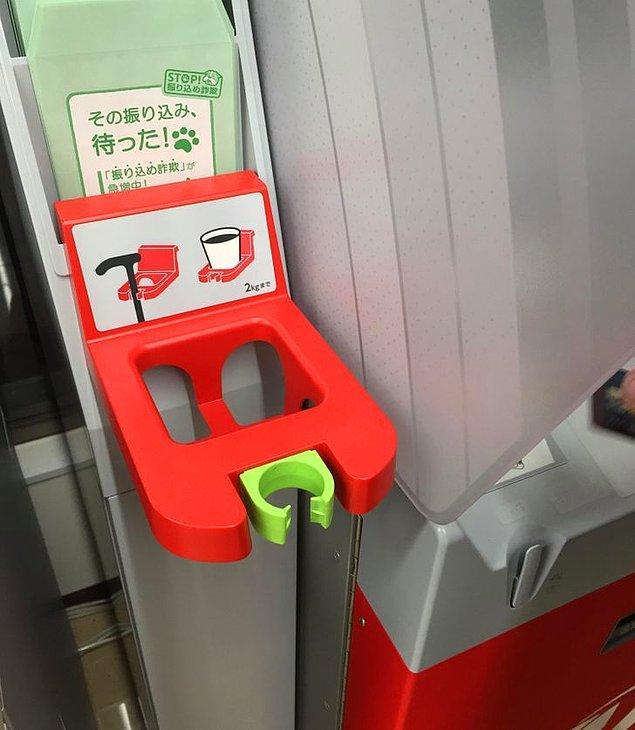 16. ATM'lerin yanında bardak ve baston koymak için yerler bulunmaktadır.