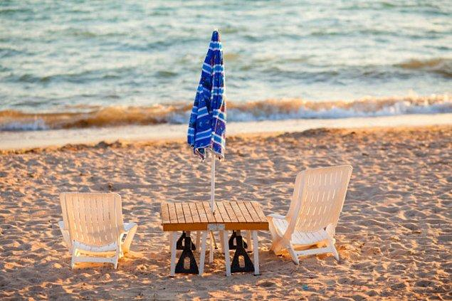 Bütün bunlar ortalama bir tatildeki seçenekler. Elbette sandalyenizi, şemsiyenizi ve yiyeceğinizi kendiniz alıp sahile gidebilirsiniz. Tabii işletmelerden yer bulabilirseniz! Küçücük odalara dünya para vermek yerine çadırınızı alıp gidebilirsiniz, bu da bir seçenek. Ancak bunlar mecburiyet değil, alternatif olursa bizler için güzel bir tatil olur. Haksız mıyım?