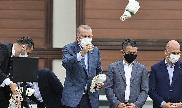 """Afet bölgesine giden Cumhurbaşkanı Erdoğan ise """"Ne olur, şurada, şu yamaçlarda 5 kat, 10 kat binalar yapmayın"""" diyerek ve vatandaşlara çay dağıttı."""