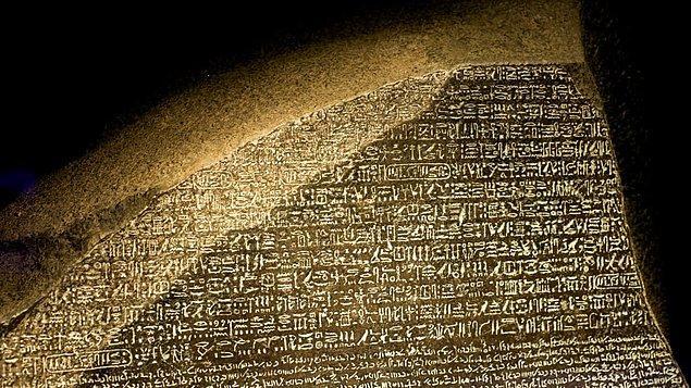 8. Dünyanın bilinen en eski çok dilli yazıtı olan Rosetta Taşı, Napolyon'un Mısır seferi sırasında Fransız Ordusu'nda mühendis olan Yüzbaşı Pierre-François Bouchard tarafından keşfedildiğinde sene 1799'du.
