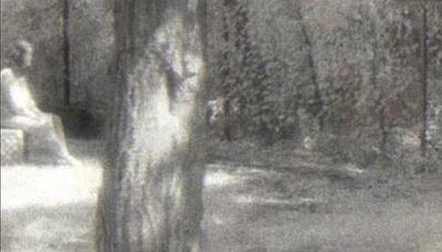 5. Hayaletlerle anılan en ünlü mezarlığa keşif yapmak için giden grubun fotoğrafındaki hayalet silüeti de oldukça ürkütücü...