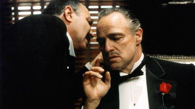 """15. """"İtalyanların hepsi mafya değil! Üstelik hepimiz güzel yemek de yapamıyoruz. İki gün önce yumurta kaynatmaya çalışırken cezveyi yaktım çünkü su koymayı unutmuşum..."""""""