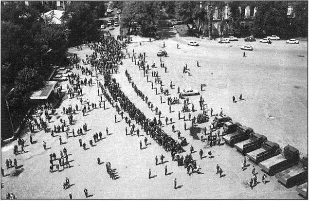 Ancak hükümet işçilerle iletişim kurmuyordu. Fabrikanın etrafı askerlerle kuşatılmıştı. Şehrin farklı yerlerinde gözaltılar başlamıştı. Bunun üzerine binlerce işçinin katıldığı bir yürüyüş başladı.