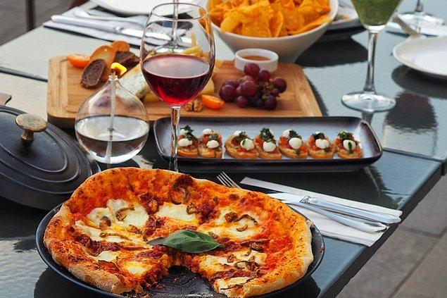 """Akşam yemeği için """"Rakı balığı boşver, biz pizza yiyip şarap içelim"""" derseniz de ucuz kurtulamazsınız. Ortalama bir pizza ve şaraplı akşam yemeğinin ücreti 2 kişi için 500 TL"""