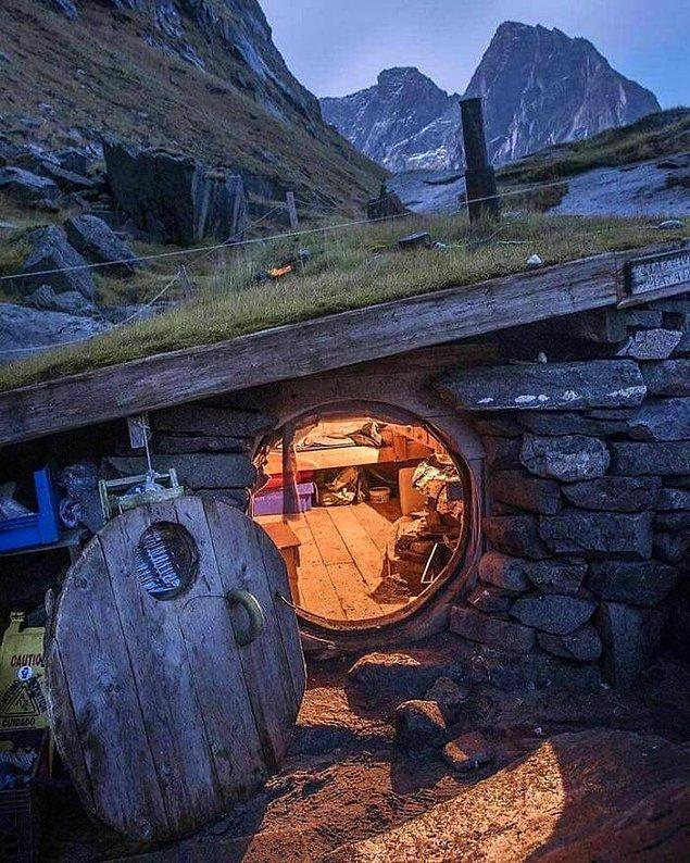9. Kuzey Norveç'te bir sahilde bulunan kabin.