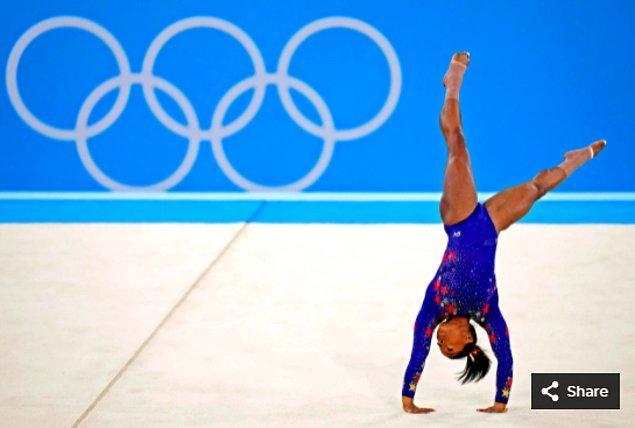 21. 25 Temmuz 2021'de Simone Biles (ABD), Ariake Jimnastik Merkezi'ndeki Tokyo 2020 Olimpiyat Oyunları sırasında kadınlar jimnastik elemelerinde yarışıyor.