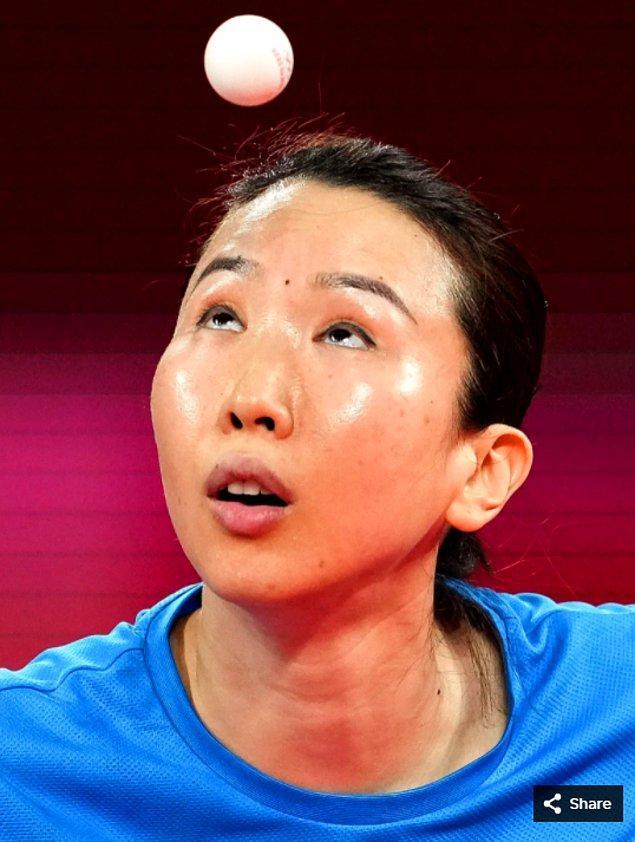 41. 27 Temmuz 2021'de Juan Liu (ABD) Tokyo Metropolitan Spor Salonu'ndaki Tokyo 2020 Olimpiyat Oyunları sırasında tek kadın masa tenisi turnuvasında ön eleme turunda Olufunke Oshonaike'ye (NGR) servis atıyor.