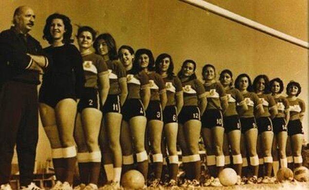 Türkiye'de kadınlardan oluşan iki takım arasındaki ilk maç 4 Temmuz 1954'te Mithatpaşa Stadı'nda (İnönü) Spor Festivali kapsamında yapıldı.