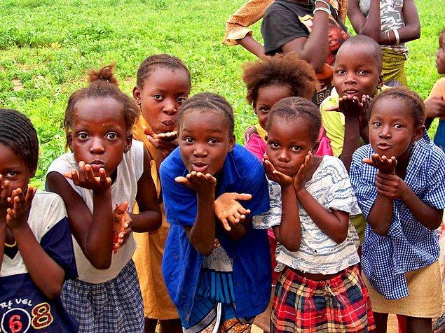 Afrikalı çocuklara 300 bin öğün yemek!