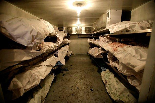 Ruhsatsız silah bulunduran bir adam bir geceyi morgda geçirdi ve oradaki ölüleri incelemek zorunda kaldı.