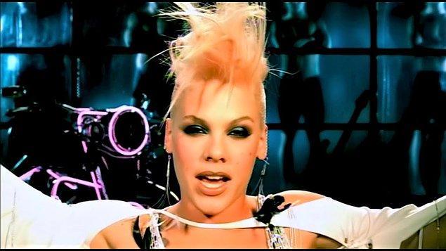 2. Pink, en sevilen şarkılarından birinden açıkça nefret ettiğini söylüyor.