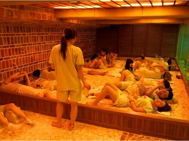 """1. """"'Jjimjilbang' isimli Kore hamamlarında yaşadığım deneyimi hayatım boyunca unutmayacağım. Gecelik fiyatı ucuza geldiği için Koreliler otel yerine hamamlarda yatmayı tercih ediyorlar!"""""""