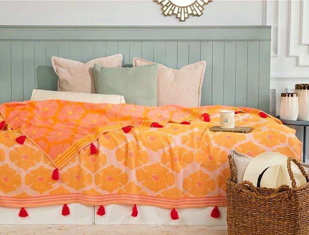 2. Cıvıl cıvıl renkleriyle odanıza çok yakışacak bir yatak örtüsü.