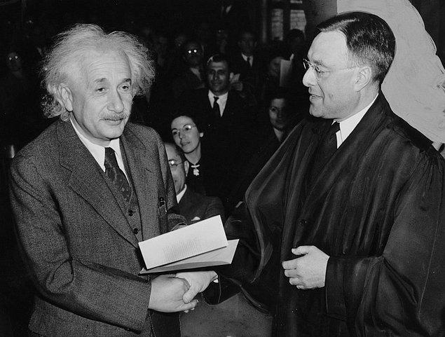 15. Albert Einstein, kendisine gelen İsrail cumhurbaşkanlığını teklifini reddetmiştir.