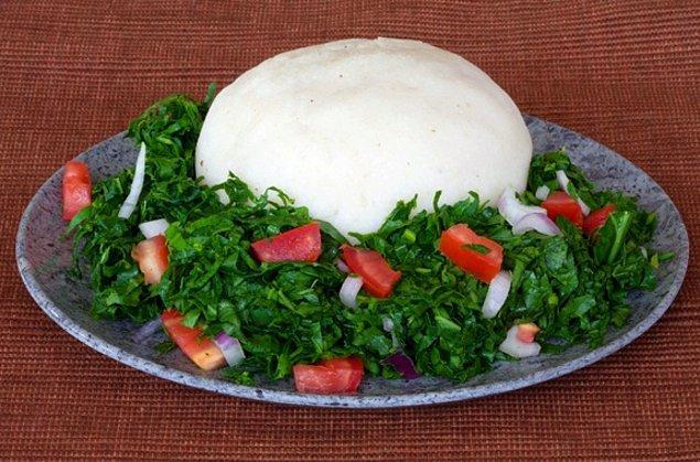 """5. """"Afrika'daki çoğu ülkede yemeğin yanında mutlaka bir tabak hamur olur. Mısır unuyla yapılan bu yemeğin ismi ülkeden ülkeye değişse de genellikle 'fu fu' diye bilinir."""""""