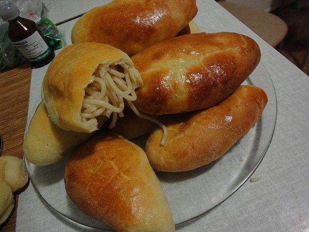 """18. """"Rusya'da eğer ekmek yemediyseniz doymamış sayılırsınız. Bütün öğünler için masada ekmek bulunur. Makarnayı ve tatlıları bile ekmekle yeriz!"""""""