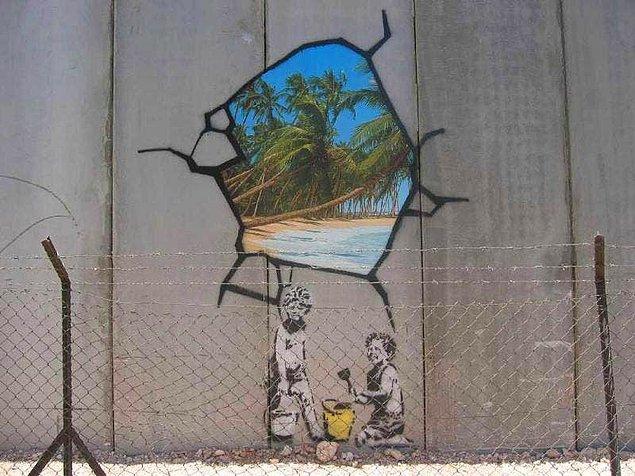 2005 yılında Batı Şeriat ile İsrail arasındaki güvenlik duvarına bizzat giderek bir esere imza atan Banksy, gündemdeki konulara tepkisini göstermenin daima bir yolunu buldu.