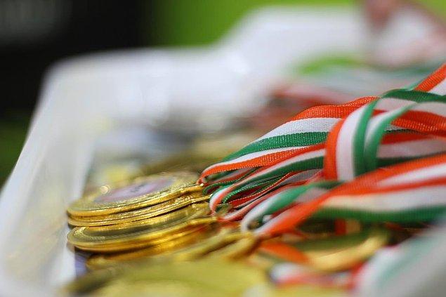 Olimpiyatlar'da sporcuların kazandığı en düşük miktarı veren ülke Avustralya. Avustralyalı bir sporcu altın madalya kazanırsa hükûmet tarafından yaklaşık 130 bin TL, gümüş madalyada yaklaşık 95 bin TL, bronz madalya ise yaklaşık 60 bin TL alabiliyor.