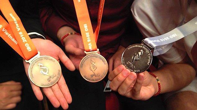 Almanya'da altın madalya sahibi bir sporcu yaklaşık 190 bin TL alıyor. Gümüş madalya sahibiyseniz yaklaşık 150 bin TL, bronz madalyanız varsa yaklaşık 90 bin TL alıyorsunuz.