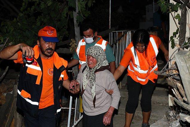 Ahmetler Mahallesi Muhtarı Şükrü Zor, yangının evlere doğru yaklaşması nedeniyle tahliye işlemlerinin başlatıldığını söyledi.