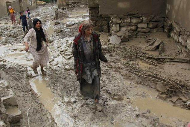 Sel nedeniyle 5 evin yıkıldığı mahallede suya kapılan Kader Yurtseven, akrabaları tarafından kurtarıldı.