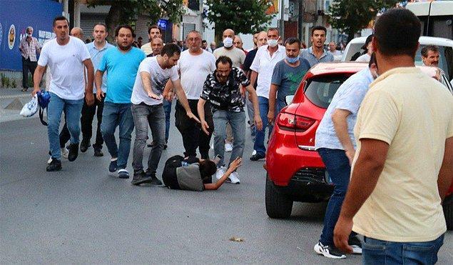 Ara sokaklarda bekleyen şahıslar demir sopalarla kalabalığa saldırdı.