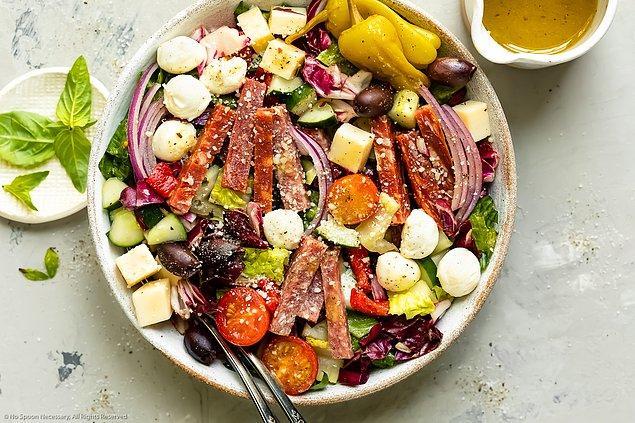 12. İtalyanlar salatayı ana yemek sonrasında tatlı gibi yiyor.