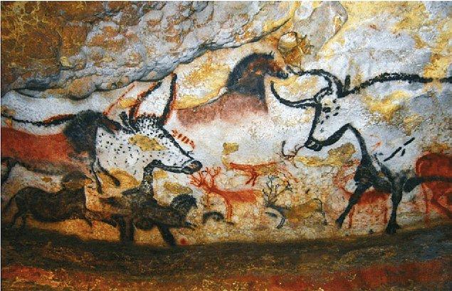 Resimlerin teknikleri incelendiğinde ise çakmaktaşı, hayvan derisinden kalıplar ve çeşitli materyallerden üretilmiş fırçalar kullanılsa da en büyük çalışma eller tarafından yapılmış.
