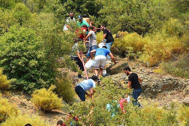 Dağlara ekipman ve erzak taşıyanlar, kendi imkanlarıyla yangını durdurmaya çalışanlar...Bütün vatandaşlarımız topyekün yardımlaşıyor.