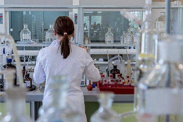 """6. """"Eskiden insanların kan ve idrar testi yaptırdığı bir laboratuvarda çalışıyordum. Bir gün test yapmak için yeterli bileşenimiz kalmadığı için laboratuvar sahibi birçok hastaya kafasına göre sonuçlar yazdı..."""""""