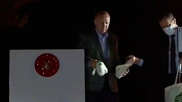 Tüm bunlar yaşanırken Cumhurbaşkanı Recep Tayyip Erdoğan'ın afet bölgesi Marmaris'teki halka çay 'ikramında' bulunması gündem olmuştu hatırlarsanız.