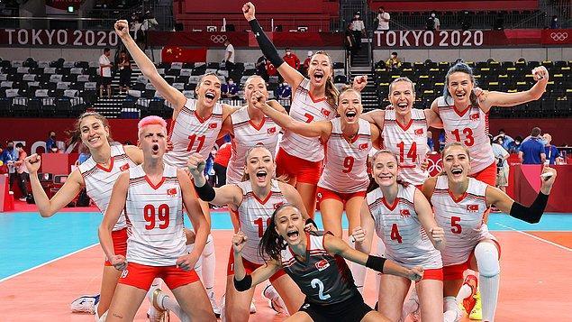 Kadın Milli Voleybol Takımımız, Tokyo 2020'de göğsümüzü kabartmaya devam ediyor.