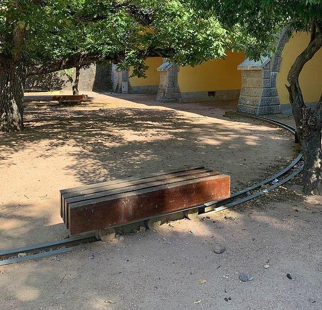 1. Her zaman gölgede kalabilmesi için bu parktaki bankların altında ray sistemi var.