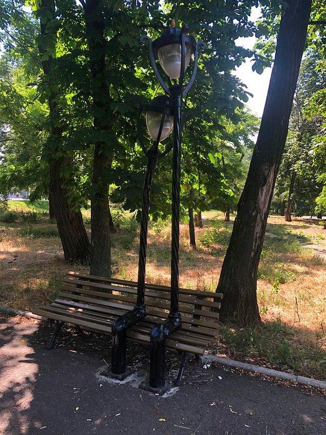 21. Bu tatlı sokak lambaları bankta oturan bir çift olarak şekillendirilmiş.
