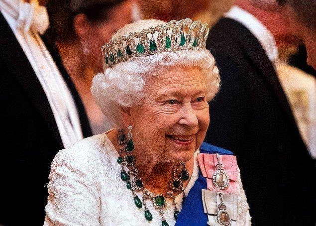 1. Kraliçe Elizabeth, 1989 yılından beri 8 euro değerindeki aynı ojeyi kullanmaktadır. Oldukça zarif duran açık pembe rengindeki ojeyi Kate Middleton'ın da kullandığı söyleniyor.