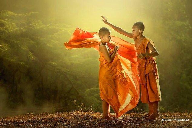 """24. """"Tayland'daki acemi rahiplerin giysisi."""""""