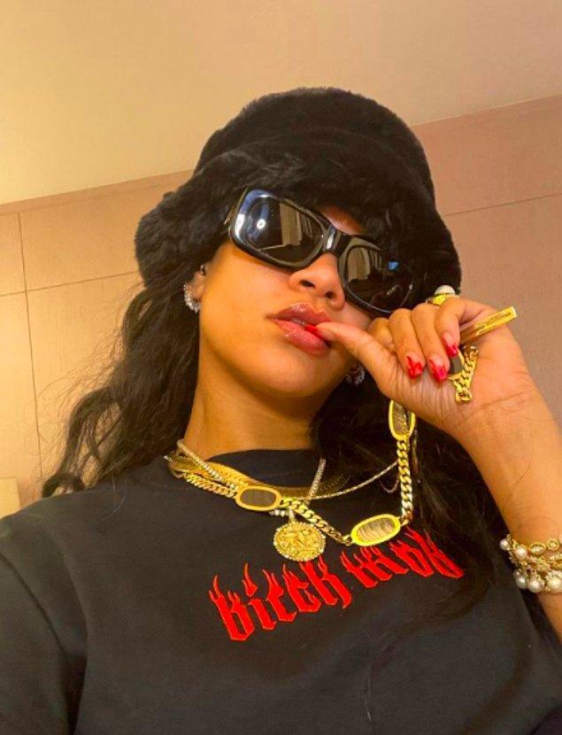 Robyn Fenty, yani bizim alışık olduğumuz haliyle Rihanna 2017 yılında Fenty Beauty ismiyle bir marka çıkarttı ve bu sayede bugün 'milyarder' oldu.