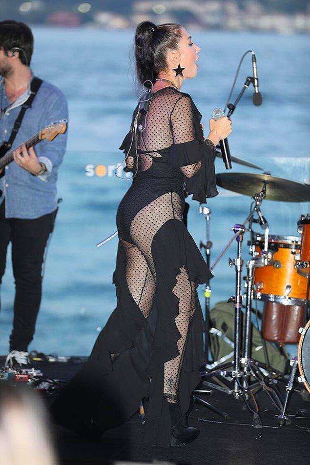 Ancak ne yazık ki bu korkunç olay bununla bitmedi. Bu kez de eleştirilerin hedefi Hande Yener'in sahnede mayoyu andıran kıyafeti oldu.