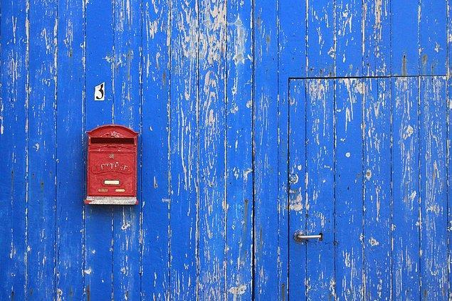 """10. """"İş arkadaşlarımdan birinin görevi tüm postaları posta kutusuna götürmekti. İlk gün bana posta ku tusunun nerede olduğunu ve neye benzediğini sordu. Köşedeki kırmızı kutu olduğunu söyledim."""""""