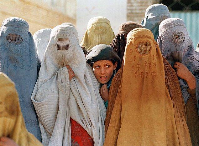 Kadınların iş hayatından men tutulması iş verenlerle beraber birçok sektörü de etkiledi. Kabil'de ilkokul öğretmenlerinin çoğunun kadın olması sebebiyle çoğu ilköğretim okulu kapatıldı.