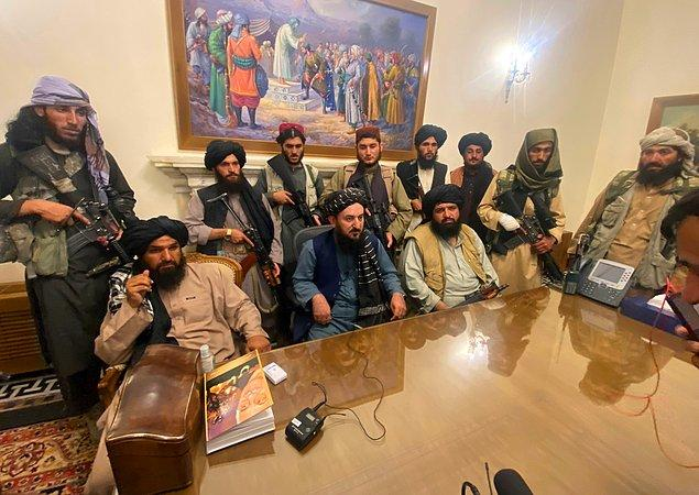 Taliban lideri Molla Muhammed Ömer, o dönem işten çıkarılan 30 bin kadın çalışan ve öğretmene aylık 5 dolar maaş vereceğini söyledi.