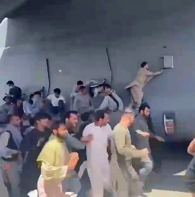Pazar gününden bu yana, Hamid Karzai Havaalanı'nda toplam 12 kişinin öldüğü düşünülüyor. Vefat edenlerden bazılarının, makineli tüfek atışına tepki veren siviller tarafından ezildiği tahmin ediliyor.